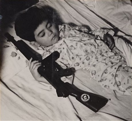 「アンドロイド0指令」武器を持って眠る子ども