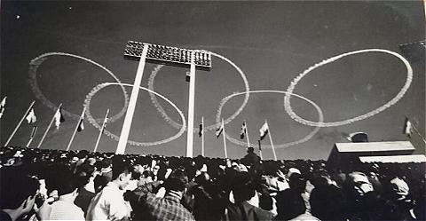 ブルーインパルスによる五輪マーク(1964年東京オリンピック開会式)