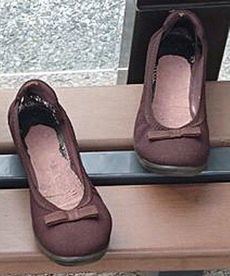 バス停の靴の正体