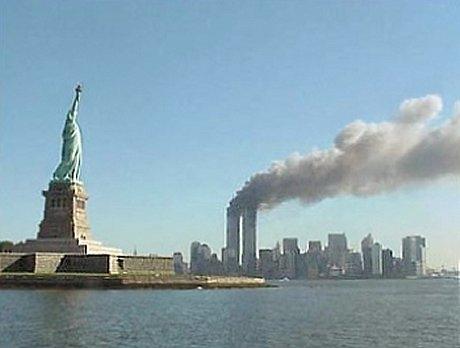 自由の女神と炎上するWTC