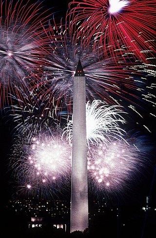 独立記念日のワシントン記念塔と花火