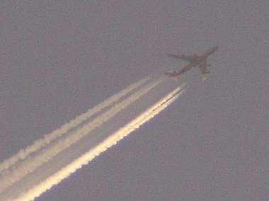 エンジン2基の飛行機の飛行機雲