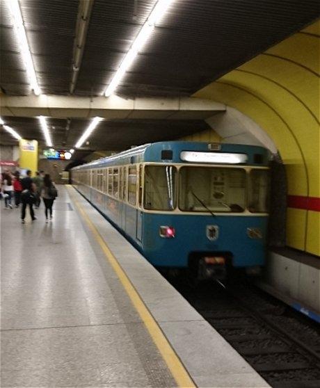 ドイツのミュンヘンの地下鉄のホーム