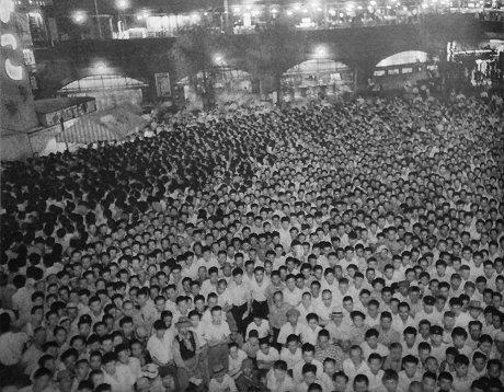 街頭テレビでプロレスラー力道山の試合を観戦する群衆