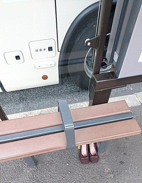 バス停に靴