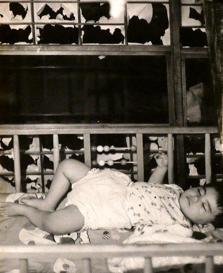 障子破りで疲れてスヤスヤ眠る赤ちゃん