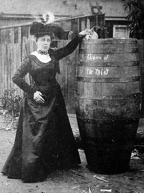 樽の前でアニー・エドソン・テイラーと猫の記念撮影