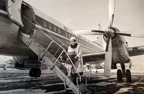 日本国内航空YS-11に搭乗する親子(1965年 丘珠空港)